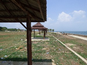 The abandoned beach huts- most of Kep was relatively clean but here was pretty dirty- the huts were free to sit in and we didn't hassled. Apart from the guy selling ice-cream who seemed to sense Gav wanted one.