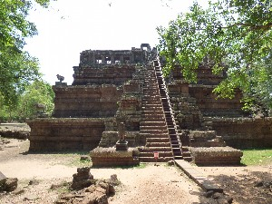 One of the smaller temples- it had a terrifingly steep staircase (only really terrifying due  to the long skirt again).