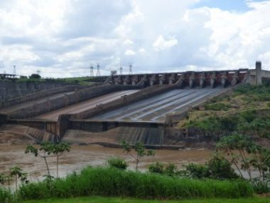 The building of the damn and formation of the reservoir resulted in the destruction of the Guaira Falls (which boasted one of the greatest flow rates in the world at that time).- This spillway which only operates at cetain times of the year was supposed to be a substitute for its beauty.
